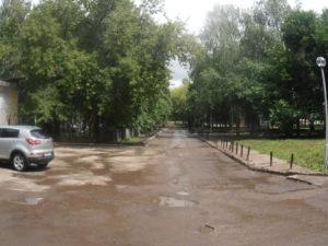 Справа - столбики возле пешеходной дорожки