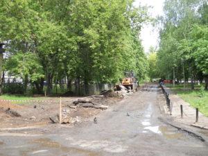 В конце этой дороги сделали стоянку для автомобилей жителям дома 28/03