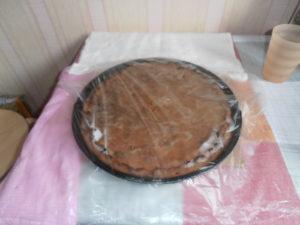 Через 10 минут пирог со свеклой будет мягким.