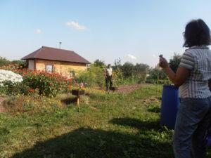 Маленький дом, но труд по дому не маленький, зато на свежем воздухе и возле крыльца