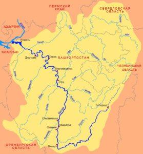 Паром приходит в том месте, где река еще не разлилась перед тем, как она вольется в Каму.
